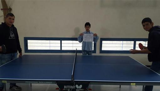 ילדי המרכז נהנים במשחק טניס שולחן