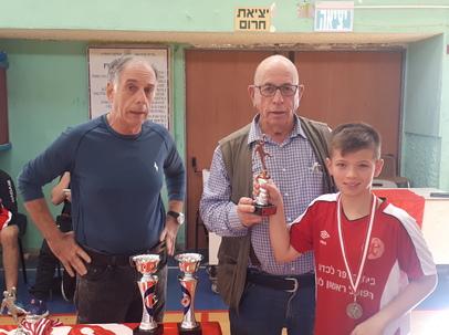 איז'ו וינר ויורם ישראלי מעניקים להפועל ראשון לציון הגביע על המקום השלישי