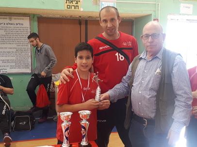יורם ישראל מעניק את הגביע למקום השני בטורניר